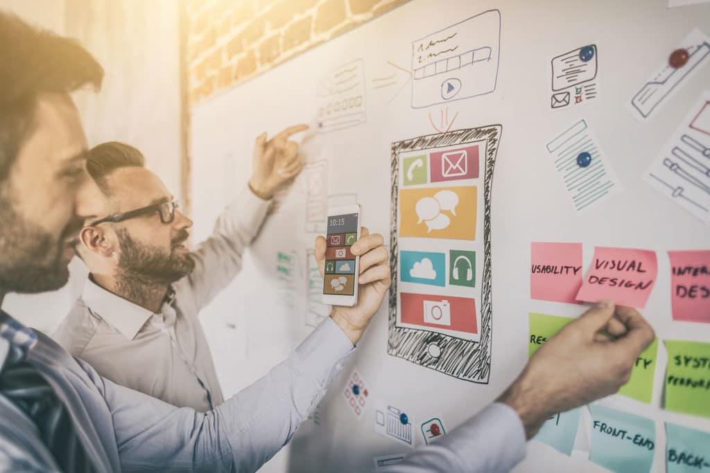 Mitarbeiter einer Content Marketing Agentur planen visuelle Inhalte