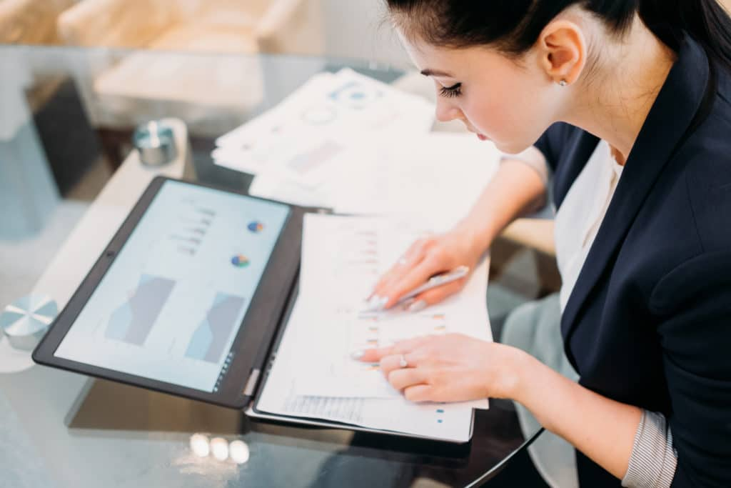 Mitarbeiter einer Content Marketing Agentur führt eine Status Quo Analyse durch