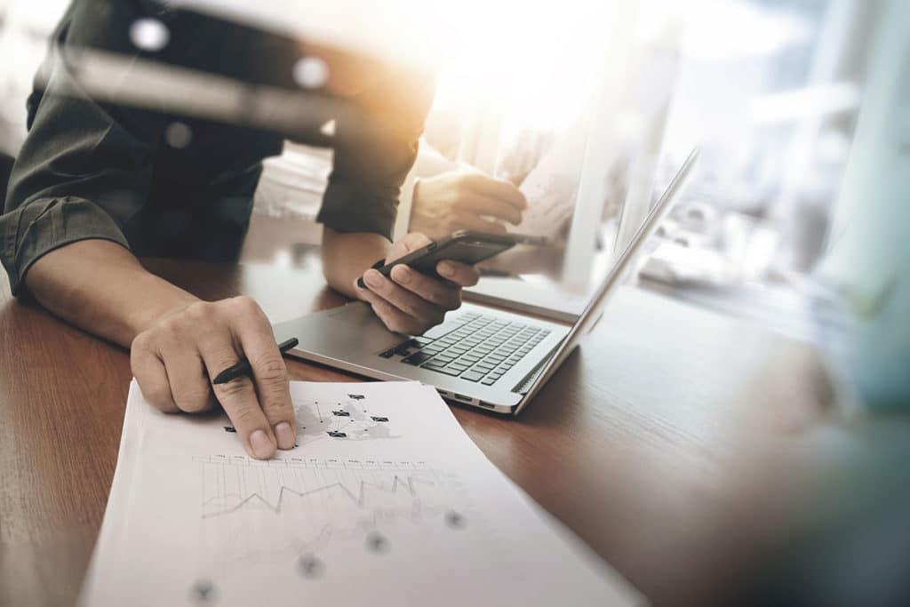 Mitarbeiter einer Content Marketing Agentur bei der Analyse des Wettbewerbs